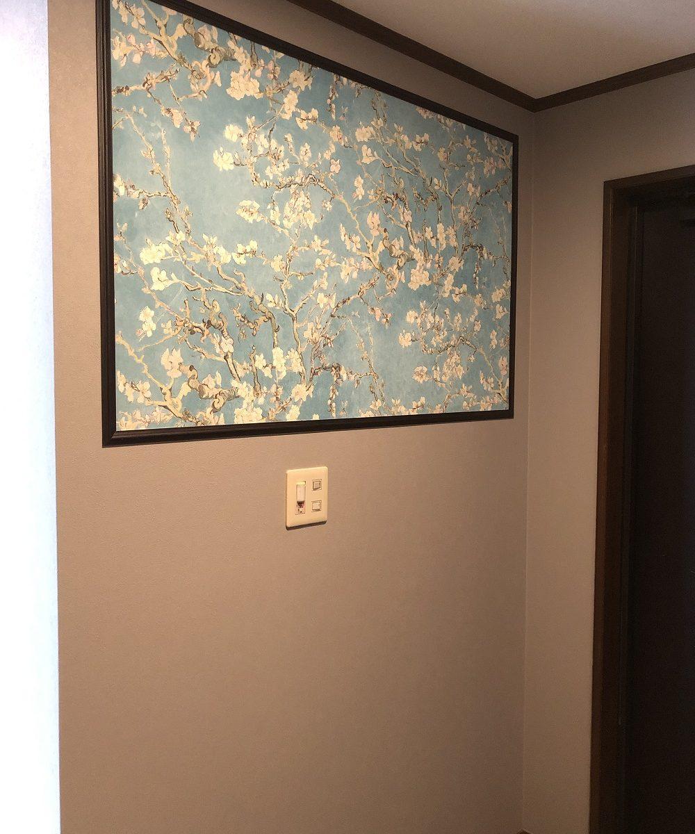 玄関に絵画のようにアクセントクロス